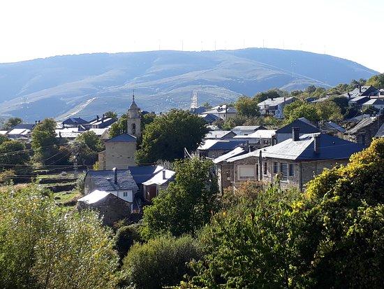 Lubian, إسبانيا: Vista da área central do vilarejo, ponto de parada no Caminho Sanabrês de Santiago.