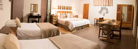 Nanaga, South Africa: King size room and 2 single beds Bushbuck cottage