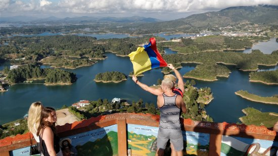 Van Por Colombia: Flying Rafa's (now mine) Colombian flag over scenes!