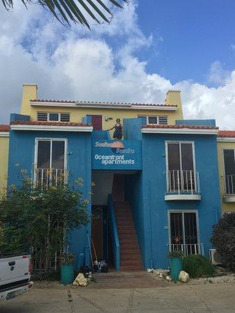Bonaire Oceanfront Apartments: Vista externa (parte traseira) dos apartamentos
