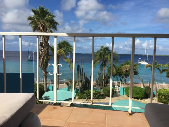 SunRentals and Bonaire Oceanfront Apartments: Sacada da Penthouse com espreguiçadeiras