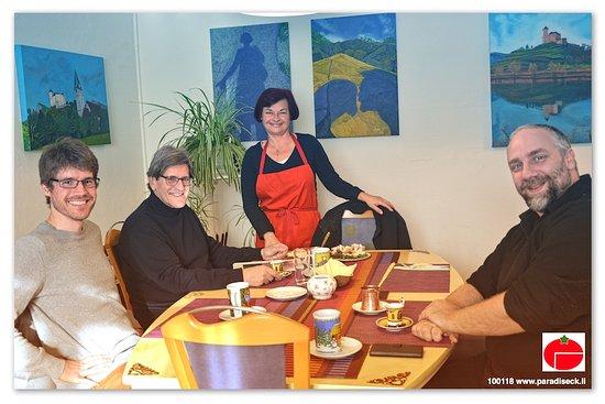 Schaan, Liechtenstein: Rajka mit ihren Gäste (die leitenden Personen des LIEMOBILs)