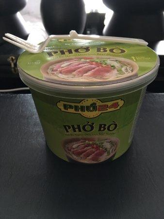 Pho 24 : カップ麺(ちょっと使いづらいけど一応フォークも付いています。一個100円位)