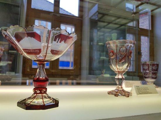 Sehenwert: Sammlung des Glasmuseums Rheinbach, von Barock bis zu Studio-Glasarbeiten.