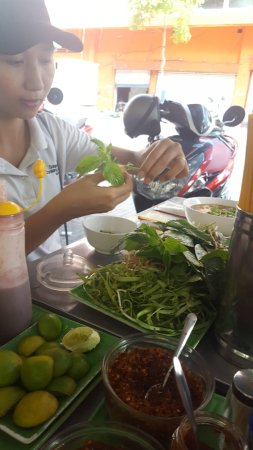 Saigon Cooking Class: Teaching us how to eat noodles.