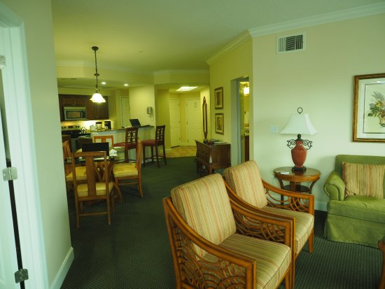 Grande Villas Resort: Looking to dining area and kitchen in background