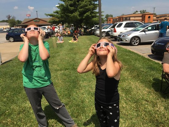 Cracker Barrel: in the parking lot watching the eclipse
