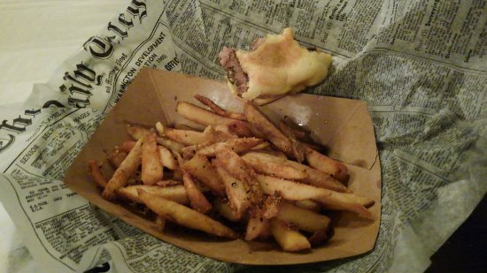 Rocky Mount, Βιρτζίνια: Good burgers, wings, fries and beer. Friendly staff and perfect location.