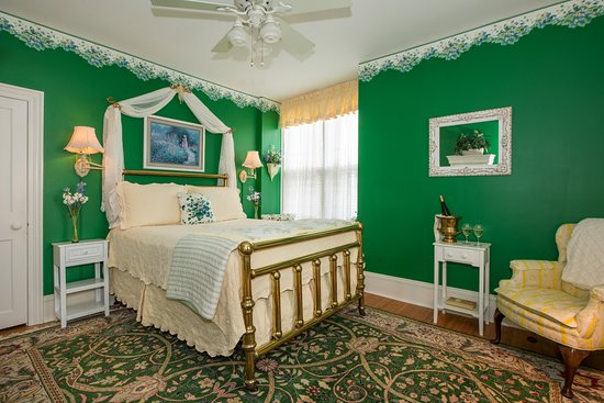 Amazing Hubbell Room Has Queen Bed Window Bench Seat And 2 Sitting Creativecarmelina Interior Chair Design Creativecarmelinacom