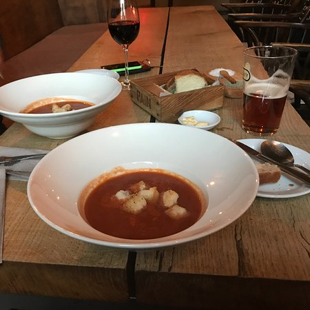 Fownhope, UK: Amazing tomato and red pepper soup fresh bread