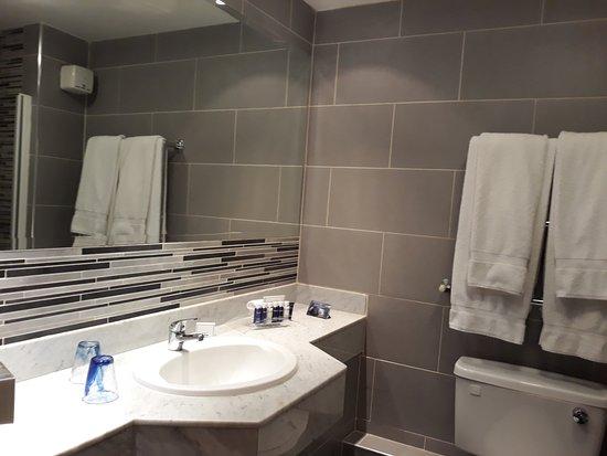 Inchydoney Island Lodge & Spa: Bathroom bath integrated shower
