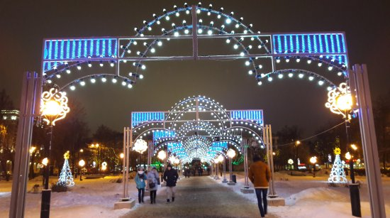 Gorky Statue: Новогодняя аллея ведёт к памятнику