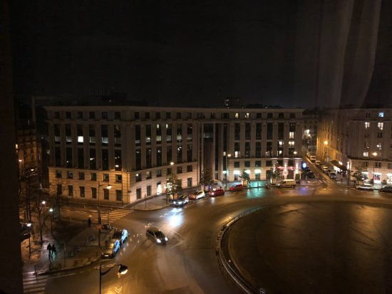 Hotel Concorde Montparnasse: View from a deluxe room of the Place de Catalogne