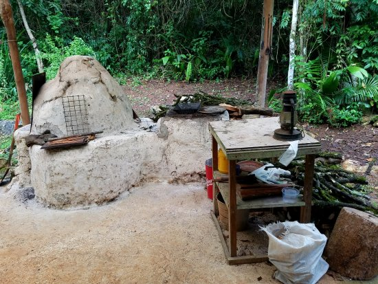 Moonracer Farm Lodging & Tours: Out back of the main kitchen (not the casita kitchen) is a traditional Maya kitchen.