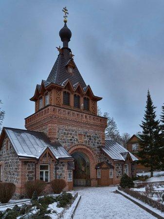 Pühtitsa Stavropegial Holy Dormition Monastery: въездные ворота с колоколами