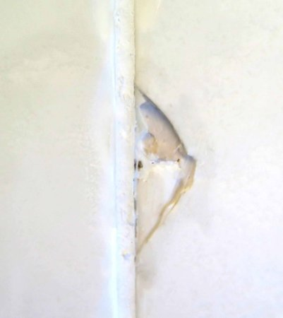 Himley, UK: Damage to tiles in the bathroom.