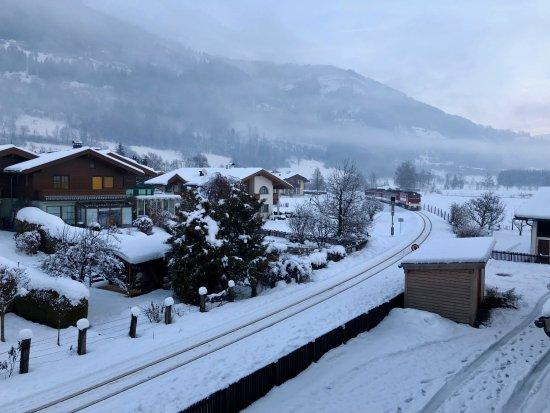 Piesendorf, Austria: Вид из нашего номера на горы и поезд)))
