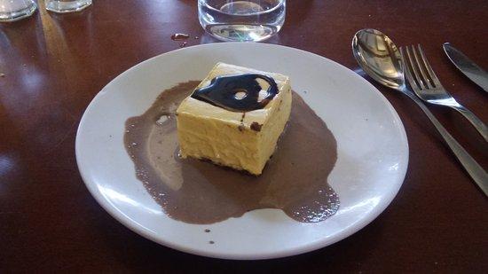 Cenon, France: Croustillant au chocolat et mousse passion.Le croustillant forme la base du gâteau