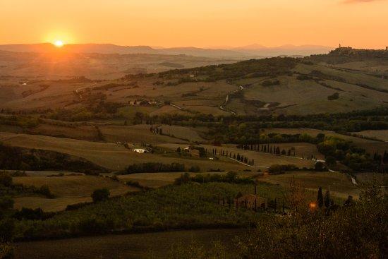 Monticchiello, Italy: Pôr do sol visto do muro logo em frente ao restaurante