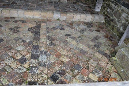 Tregaron, UK: Floor tile remainings
