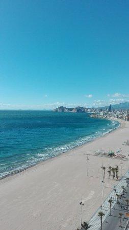 Apartamentos Les Dunes Suites: Playa de Levante y al fondo la de Poniente.