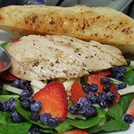 Montague, Kanada: Grilled Chicken with Berry Salad