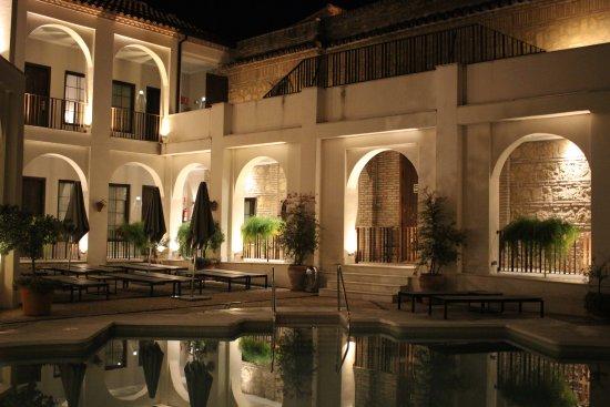 NH Collection Amistad Córdoba: Pool area at night