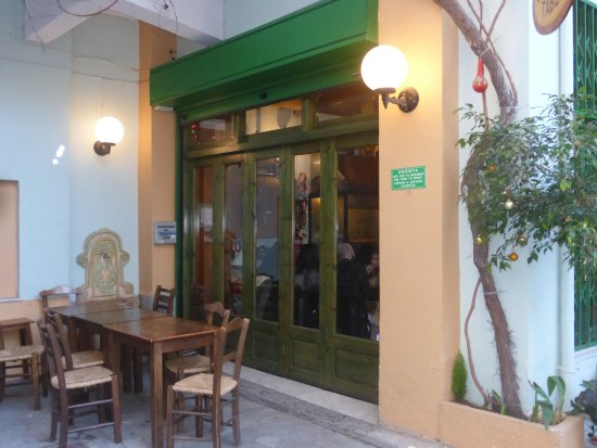 Heraklion Prefecture, Grecia: During the wintertime, it's cozy and warm inside but you can also sit outside on the patio.