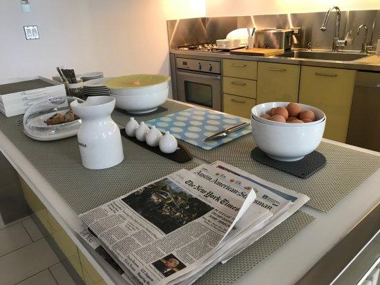 Kimber Modern Hotel : Lovely breakfast set-up in the communal area.