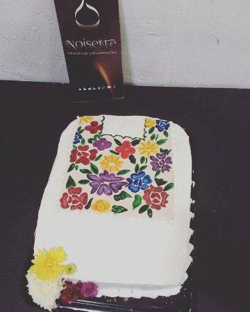 Tixkokob, México: Pastel relleno de crema de tres leches con nuez y decorado con flores pintadas a mano.