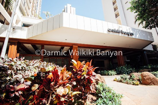 Darmic Waikiki Banyan: Lovely open air lobby