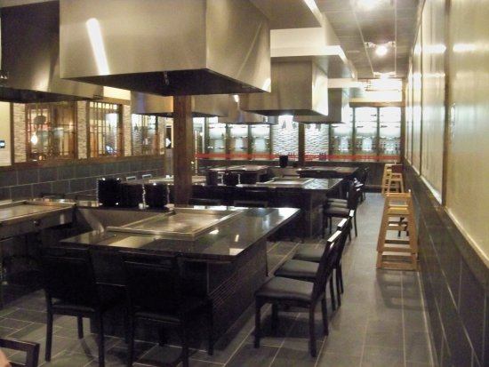 Asuka Grill & Sushi Bar: Hibachi area, side view