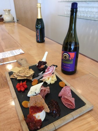 Hermit Woods Winery: beautiful charcuterie board and wine