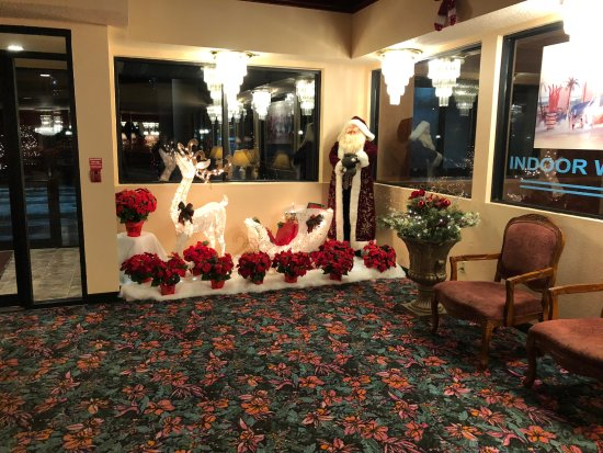 Grand Marquis Waterpark Hotel & Suites: Christmas Display in Lobby