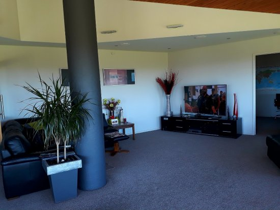 Hokonui Bed and Breakfast : A very comfy Lounge, able to watch TV in along with Shona, with coffee & Cake Supplied.
