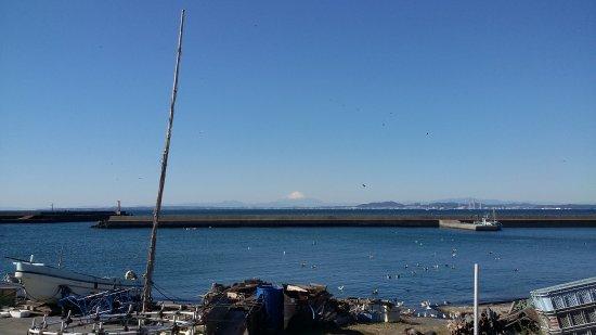 Chiba Prefecture, Japón: 金谷の漁港から富士山を望む