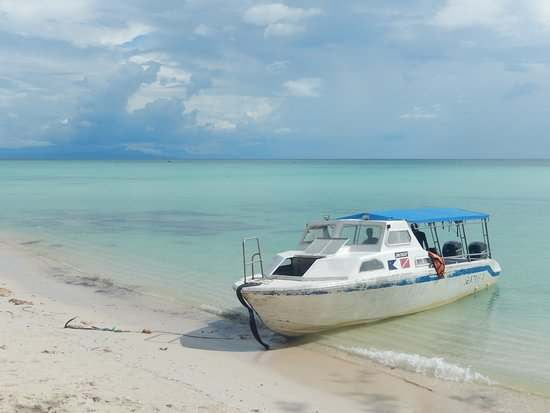 Pulau Mantanani Besar, Malasia: Beach directly in front of the reception, boat to reach the island.