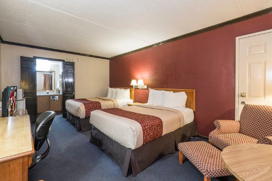 Uhrichsville, OH: Guest room