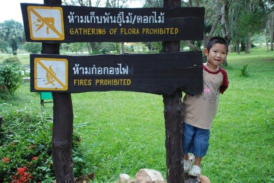 Prachin Buri, Tailandia: เด็กน้อยกับป้าย