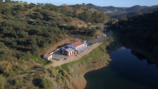 El Ronquillo, Ισπανία: Vista del Restaurante desde el Pantano (Vista desde Drone)