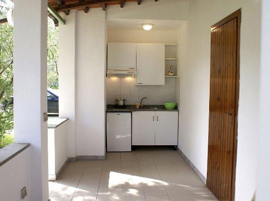 Veranda con cucina - Foto di Villaggio Camping Sambalon ...