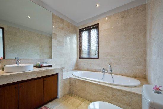 Tegal Mengkeb, Indonesien: Bathroom with tub