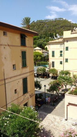 Albergo Lungomare: The nice little square in front of the hotel