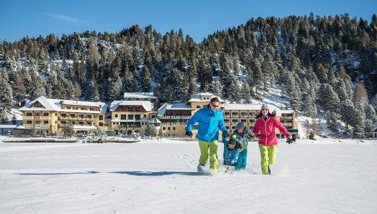 Romantik Seehotel Jägerwirt: Spaß im Schnee vor dem Seehotel Jägerwirt am Turracher See
