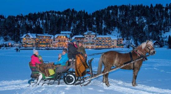 Romantik Seehotel Jägerwirt: Vor dem Seehotel Jägerwirt am Turrachersee mit der Pferdekutsche