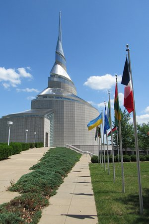 Independence, MO: Flags as you approach the temple.