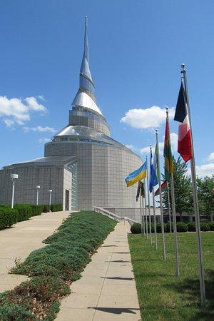 อินดิเพนเดนซ์, มิสซูรี่: Flags as you approach the temple.