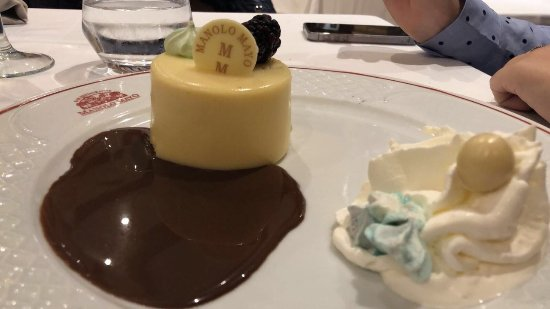 Los Palacios y Villafranca, España: Tarta de chocolate blanco con chocolate a temperatura