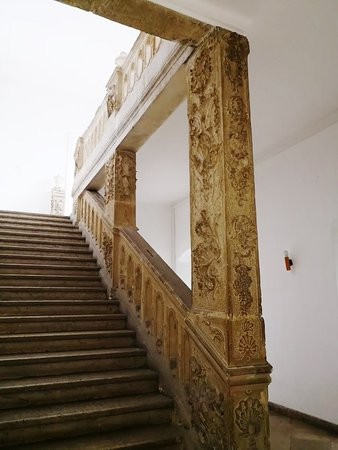 Kassak Museum: Carved corridor. Some cleaning would help.