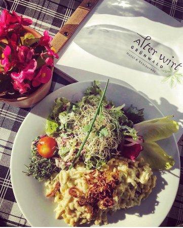 Gruenwald, Almanya: Käsespätzle auf der Terrasse